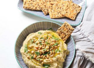 Hummus with crackers